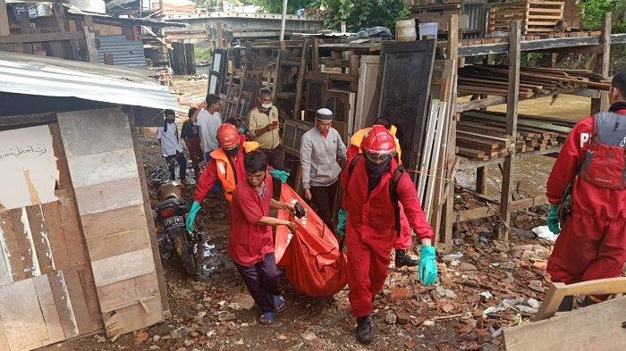 Petugas UPK Badan Air Kali Ciliwung Dikejutkan Sesosok Mayat di Tumpukan Sampah di Matraman
