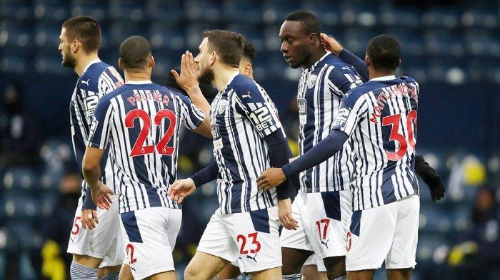 Para pemain West Bromwich Albion merayakan gol cepat yang dicetak Mbaye Diagne