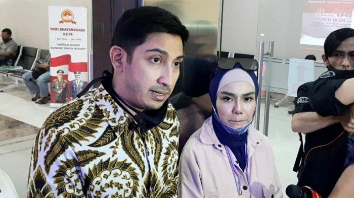 Medina Zein dan Lukman Azhari saat menjalani pemeriksaan terkait dugaan kasus penggelapan uang bisnis kue kekinian Bandung Makuta yang dilaporkannya terhadap Irwansyah dan Laudya Cynthia Bella di Mabes Polri, Jakarta Selatan, Senin (27/7/2020).