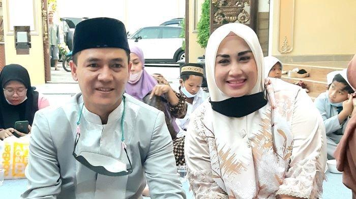 Penyanyi Melinda dan Adi Kurnia Setiadi di kawasan Condet, Kramat Jati, Jakarta Timur, Rabu (21/4/2021).