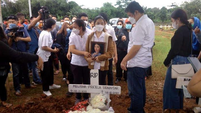 Melitha Sidabutar terlihat menangis disela pemakaman jenazah Melisha Sidabutar, saudara kembarnya, di TPU Padurenan, Kota Bekasi, Jawa Barat, Kamis (10/12/2020).
