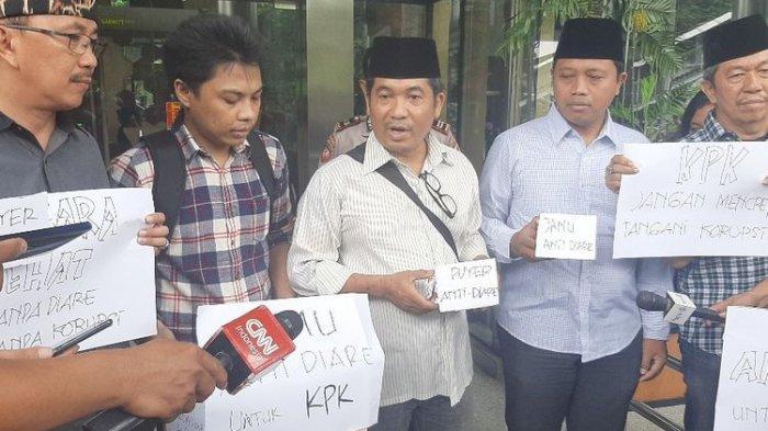 Publik Mendukung KPK dan Memberikan Simbol Perlawanan Berupa Jamu Anti Diare untuk Tidak Mundur