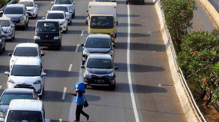 Berita Foto Pedagang Tidak Mengindahkan Keselamatan dengan Berjualan di Jalan Tol dan Menyeberang