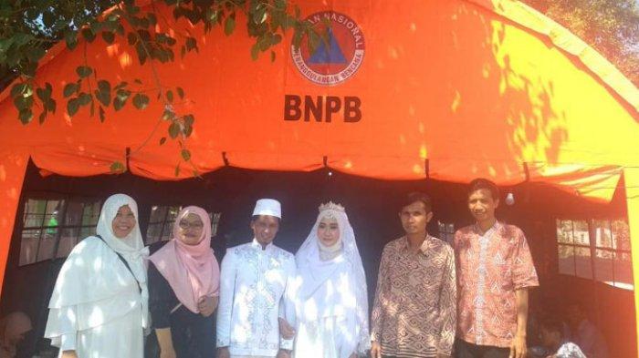 Rumah Rusak Akibat Gempa Lombok, Pasangan Ini Menikah di Tenda Pengungsian