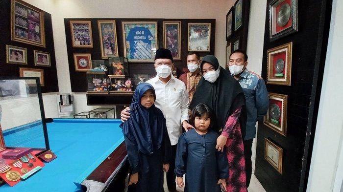 Menpora Zainudin Amali saat takziah ke rumah almarhum Markis Kido di Grand Wisata, Jakasetia, Kota Bekasi, Rabu (16/6/2021) ditemui langsung oleh istri dan anak-anak Markis Kido.
