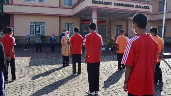 Mensos Risma tengah memberikan motivasi kepada anak-anak yang tengah menjalani rehabilitasi dan masalah hukum di Balai Handayani Jakarta, Jumat (10/9/2021).
