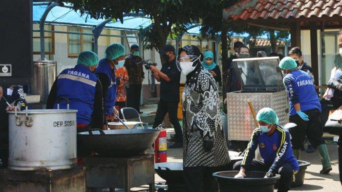 Menteri Sosial Tri Rismaharini saat meninjau layanan dapur umum di Balai Wyata Guna Bandung (13/7/2021).