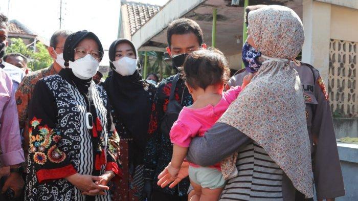 Menteri Sosial Tri Rismaharini saat blusukan ke rumah KPM penerima BST di Desa Panjang Wetan Kecamatan Pekalongan Utara, Kota Pekalongan, Jawa Tengah.
