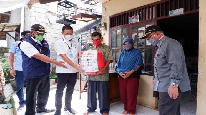 Mensos Serahkan Langsung Bansos Presiden Kepada 123.881 Kepala Keluarga di Kota Depok