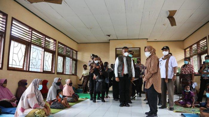 Untuk memastikan bantuan tersalurkan kepada warga terdampak banjir bandang di Nusa Tenggara Timur (NTT), Menteri Sosial Tri Rismaharini tak kenal lelah kembali kunjungi dua lokasi di NTT.