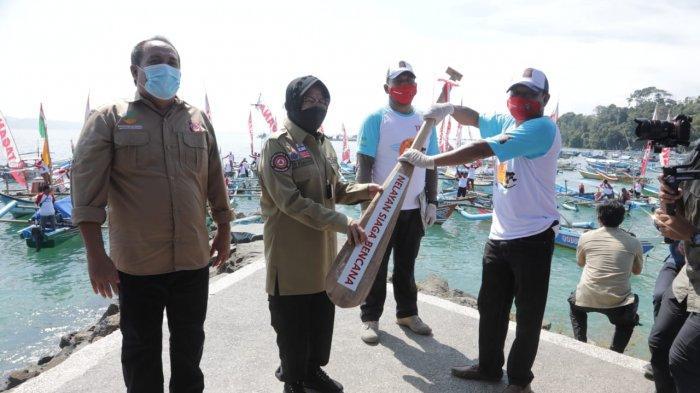 Mensos Risma pada Puncak Hari Ulang Tahun (HUT) Tagana ke-17 Bhakti Sosial dan Jambore Nasional di Plaza Pantai Timur Kabupaten Pangandaran, Jawa Barat, Rabu (31/3/2021).