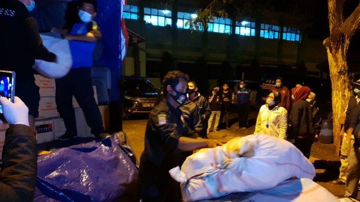 Menteri Sosial Tri Rismaharini menyalurkan bantuan logistik untuk korban banjir di Kecamatan Pebayuran, Kabupaten Bekasi.