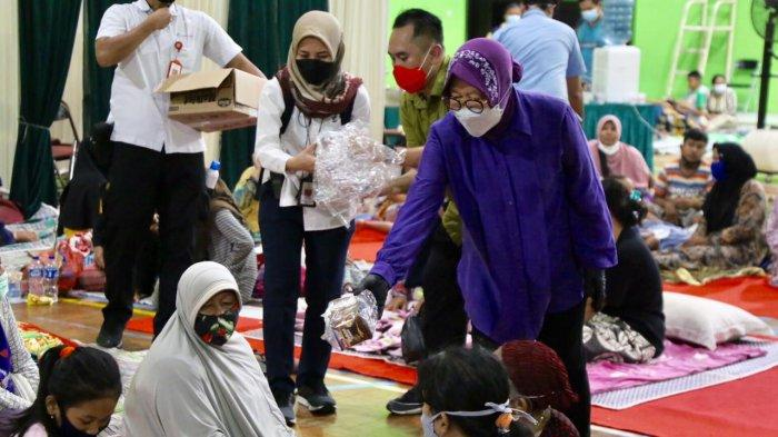 Mensos Risma didampingi Bupati Indramayu Nina Agustina melihat langsung kondisi pengungsi korban ledakan kilang minyak Pertamina di Balongan Indramayu, Senin (29/03/2021)