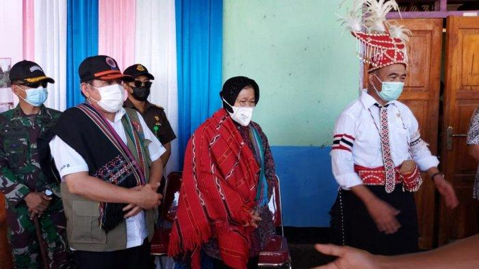 Menteri Sosial Tri Rismaharini mendampingi Menteri Koordinator Bidang Pembangunan Manusia dan Kebudayaan (Menko PMK) Muhadjir Effendy menyerahkan langsung berbagai paket bantuan tersebut kepada para korban bencana, Selasa (4/5/2021) siang.