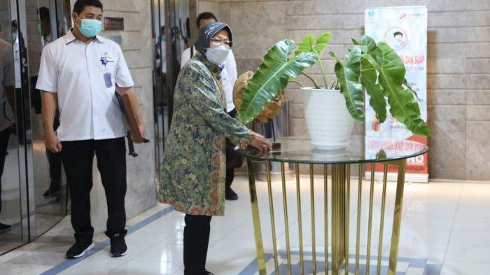 Mensos Merapikan dan Menata Bunga di Gedung Kemensos Salemba