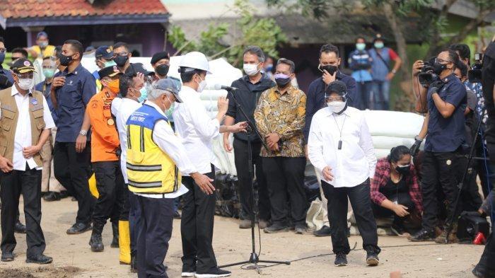 Menteri Sosial Tri Rismaharini hadir di lokasi tanggul Sungai Citarum yang jebol di  Pebayuran, Kabupaten Bekasi mendampingi Presiden Joko Widodo, Rabu (24/2/2021).