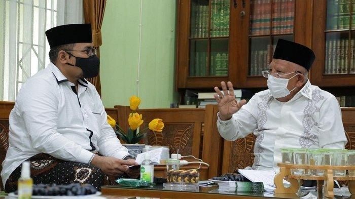 Menteri Agama (Menag) Yaqut Cholil Qoumas saat bersilaturahmi ke Pondok Pesantren Daarul Rahman, di Jagakarsa, Jakarta Selatan, dan bertemu langsung pimpinannya, KH Syukron Ma'mun, Sabtu (6/2/2021).