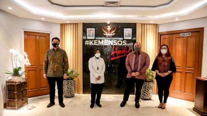 Menteri Sosial Tri Rismaharini usai menerima audiensi Asosiasi Fintech di Jakarta, Kamis (24/6/2021). Risma tengah menyiapkan inovasi dalam penyaluran bantuan sosial dengan menggunakan financial technology (fintech).