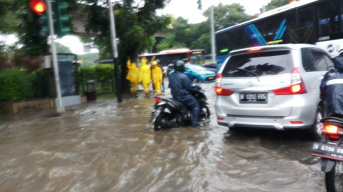 Jalan Merdeka Timur Siang Ini Tergenang Air, Arus Lalu Lintas Tersendat
