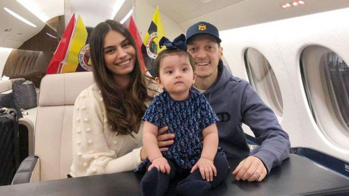 Mesut Ozil terbang ke Turki bersama dengan istri dan anaknya menggunakan pesawat pribadi