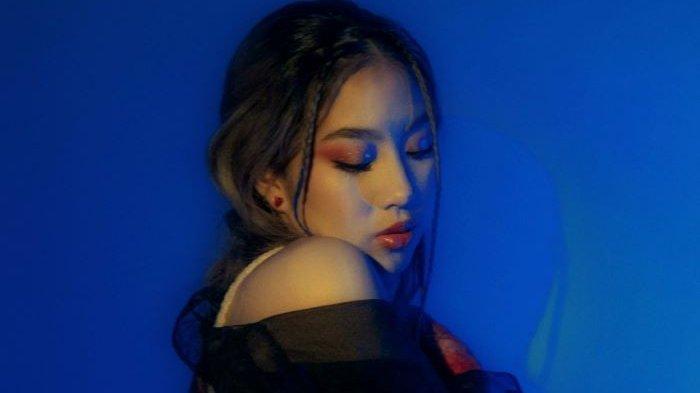 Mezzaluna mengenalkan single perdananya di industri musik Indonesia berjudul In Situ, Kamis (23/9/2021). Mezzaluna dikenal sebagai penyanyi dan penulis lagu yang masih berusia 20 tahun, yang juga anak Bimbim Slank.