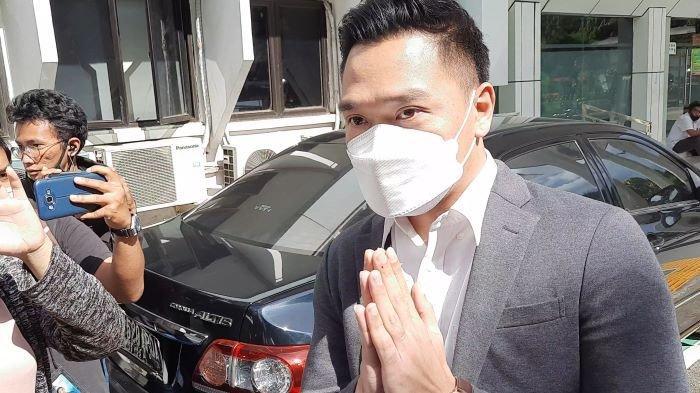 Michael Yukinobu saat tiba di Pengadilan Negeri Jakarta Selatan, Selasa (23/3/2021). Gisella Anastasia dan Michael Yukinobu, dua tersangka kasus pornografi, bertemu dalam sidang perkara penyebaran video syur mereka.