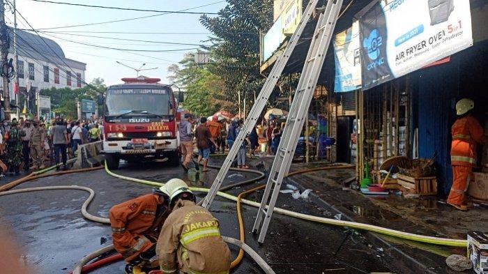 BREAKING NEWS: Kebakaran Landa Tujuh Ruko di Durensawit, Damkar Kerahkan 75 Personel  ke Lokasi