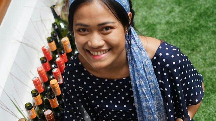 Migi Rihasalay Terus Berkreasi Melukis Botol Bekas Daur Ulang saat Pandemi Virus Corona