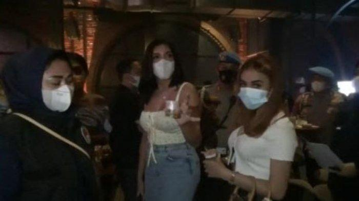 Millen Cyrus saat diamankan Direktorat Reserse Narkoba Polda Metro Jaya ketika nongkrong di kafe di Jakarta Selatan, Sabtu (27/2/2021) malam.