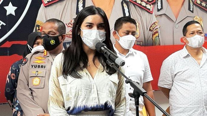 Millen Cyrus ketika dihadirkan polisi dalam jumpa pers di Polda Metro Jaya, Senin (1/3/2021). Millen Cyrus diamankan polisi setelah diketahui mengonsumi obat yang mengandung benzodiazepam saat berada di tempat hiburan malam, Minggu (28/2/2021) dini hari.