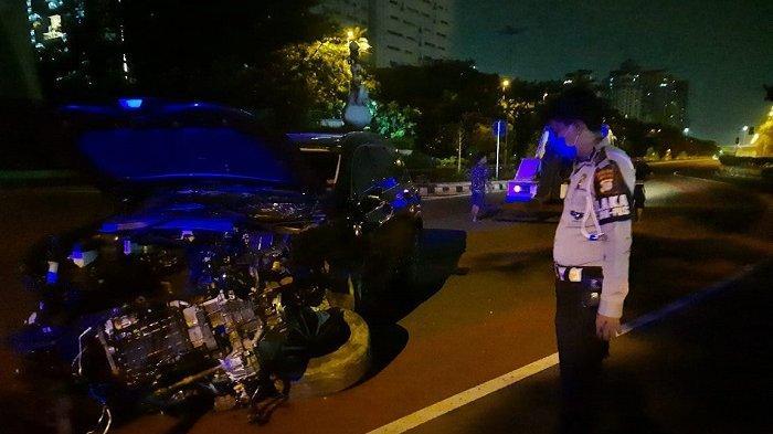 Minibus Remuk Usai Tabrak Beton Pembatas Jalan Benyamin Sueb, Korban Dibawa ke RS Mitra Kemayoran