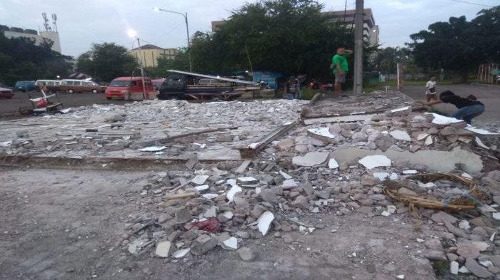 Minimarket Ilegal di kawasan Terminal Depok dibongkar. Terlihat sisa-sisa puing bangunan.
