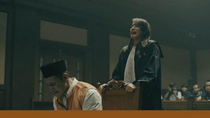 Setelah menyelesaikan proses syuting, film Miracle In Cell No 7 merilis foto-foto adegan secara ekslusif, Senin (11/5/2020). Di foto ini terlihat saat Vino Bastian sebagai Dodo Rojak beradu akting bersama Mawar de Jongh yang memainkan peran sebagai Kartika dewasa di gedung pengadilan.