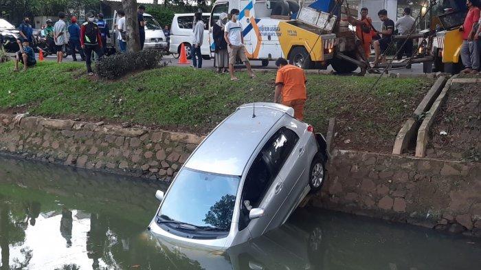 Hilang Kendali Satu Unit Mobil Sedan Terjun Bebas ke Kali Bintaro Sektor 9 Pondok Aren
