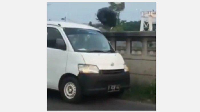 SebuahMobil Grandmax Terekam Membuang 6 Trash Bag Diduga Berisi Sampah ke Aliran Kalimalang Bekasi