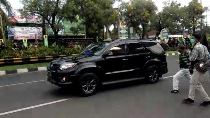 Detik-detik Massa Timpuk Mobil Kapolres, Wakapolres dan Dandim Bekasi Kota saat Patroli
