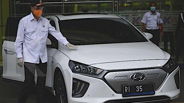 Menteri Perhubungan Budi Karya Sumadi menunjukkan mobil listrik saat diluncurkan sebagai kendaraan dinas Kementerian Perhubungan di Stasiun Gambir, Jakarta, Rabu (16/12/2020).