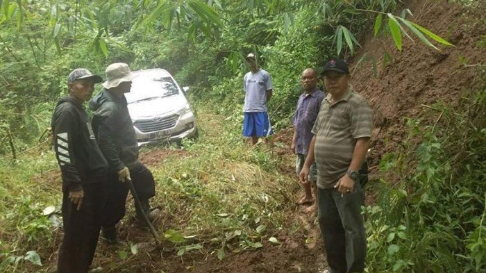 VIDEO Mobil Tersesat di Dalam Hutan, Sopir Melihat Jurang Lalu Masuk Jalan Penuh Semak dan Batu