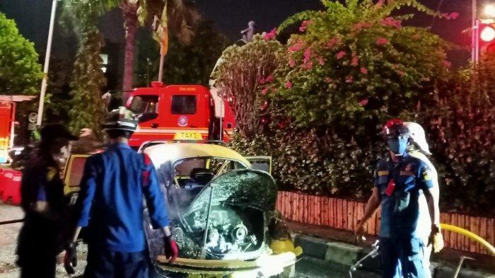 Mobil Volkswagen Terbakar di Jalan Raya Ragunan