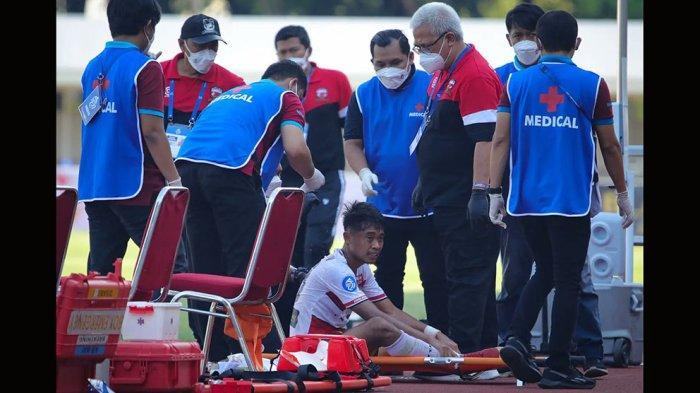 Moch Kevy Syahertian sempat mendapatkan perawatan dipinggir lapangan oleh dokter tim Madura United sebelum dibawa rumah sakit untuk perawatan lebih lanjut