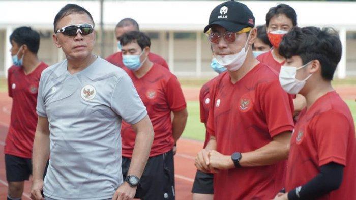 Mochamad Iriawan mendampingi Shin Tae-yong di lapangan Stadion Madya, Senayan, Jakarta