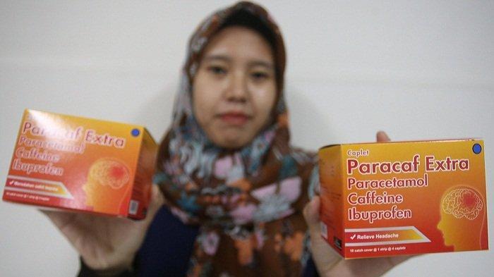 Model menunjukkan obat sakit kepala Paracaf Extra di Kawasan Balaraja, Tangerang, Banten, Kamis (24/9/2020).