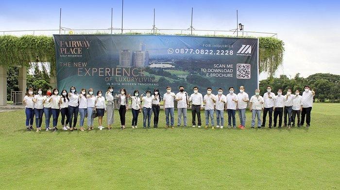 Tampak dalam gambar: para penerima penghargaan Marketing Award 2020 beserta jajaran Direksi dan Manajemen PT Modernland Realty Tbk. dan para tamu undangan berfoto bersama disela-sela acara penganugerahan Marketing Award 2020