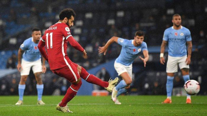 Mohamed Salah mencetak gol dari titik penalti ke gawang Manchester City