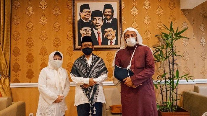 Menko Polhukam Mohammad Mahfud MD menerima kunjungan Syekh Ali Jaber di kediamannya, 20 September 2020. Mahfud MD menyebut Syekh Ali Jaber adalah contoh ulama yang menyejukan.