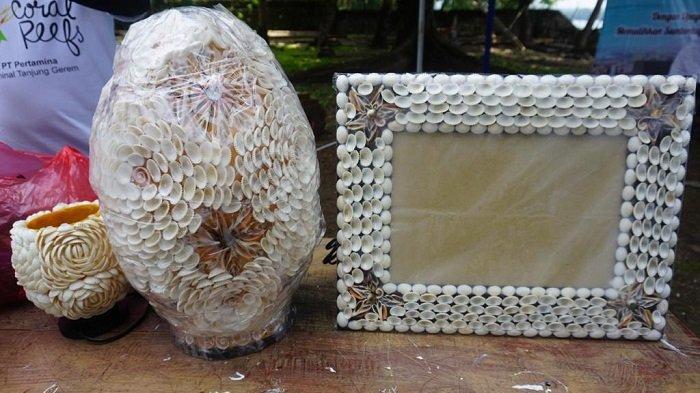 Selain transplantasi terumbu karang, kerja sama juga dilakukan dalam mengembangkan usaha kerajinan dari kerang. Kerang ini nantinya akan dijual sebagai souvenir, dan dapat menjadi sumber penghasilan bagi masyarakat.