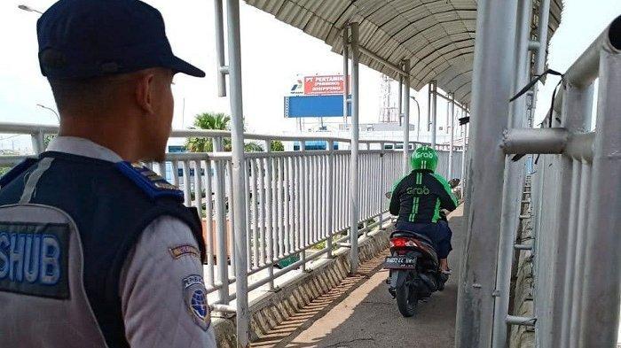 Pengendara Motor Melintas di JPO Dekat Kantor Sudin Perhubungan Jakarta Utara Ditertibkan