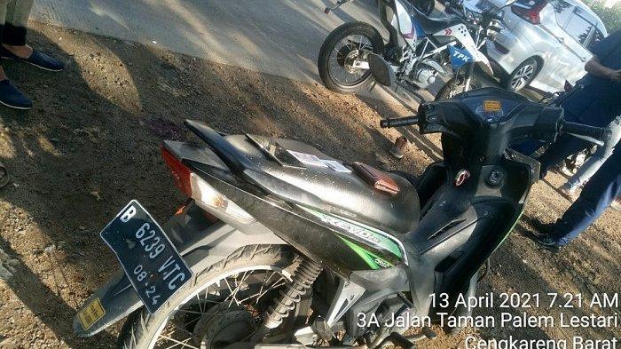 Pemotor Jadi Korban Tabrak Lari di Depan Perumahan Taman Palem Cengkareng, Paha Terluka