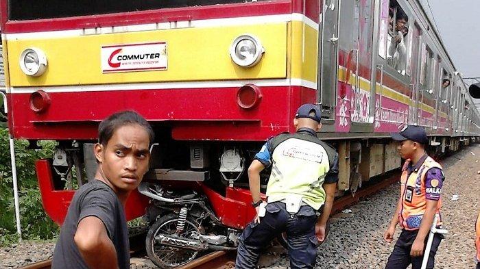 Polisi Buru Pemotor yang Kabur Setelah Motornya Tertabrak Kereta Commuter