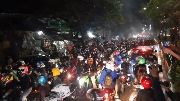 Wartakotalive.com/Muhammad Azzam Ribuan pemudik yang mengendarai sepeda motor berhasil menjebol barikade penyekatan di Jalur Pantura Kedungwaringin, perbatasan Kabupaten Bekasi- Karawang, pada Minggu (9/05/2021) pukul 22.40 WIB.